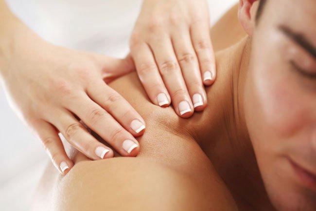Фото девушка делает массаж на спине парню эротический массаж в гинекологическом кресле