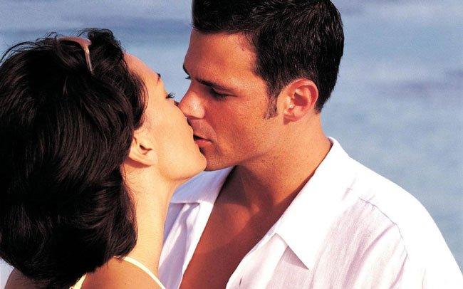 Фото певиц мужчина мнет и целует груди-фото