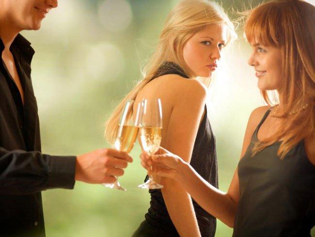 Порно, муж изменяет жене с подругой онлайн