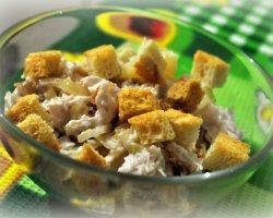 Оригинальная идея для вкусного блюда: салат с кириешками