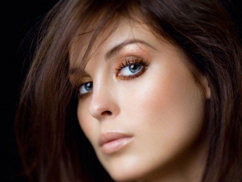 шоколадный цвет волос и голубые глаза фото