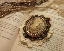 Подарок маме на 8 марта из бисера: брошь с кружевом в винтажном стиле