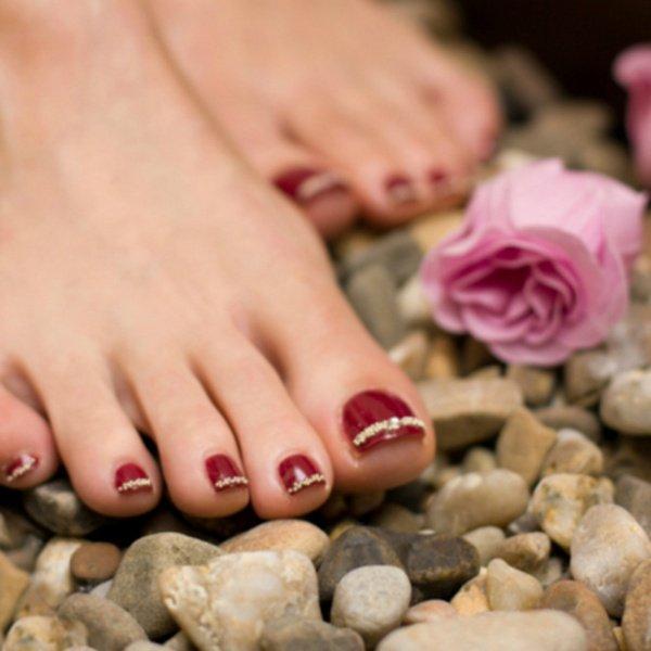 Красный лак на ногтях