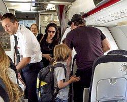 Джоли и Питт летают эконом-классом
