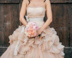 Атмосфера уютного счастья: выбираем бежевое свадебное платье
