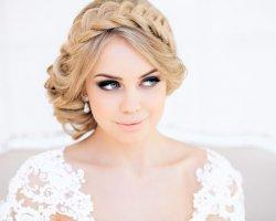 Игривая и легкая невеста: делаем свадебные прически с косами