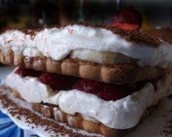 Лакомство богов: рецепт клубничного торта тирамису