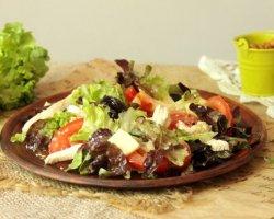 Сытно и полезно: диетический салат с курицей, помидорами и сыром бри
