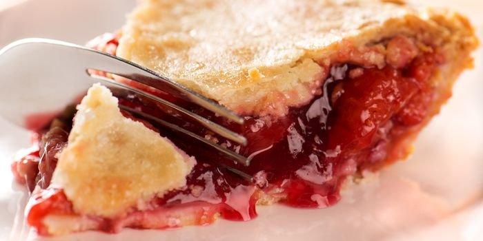 Как готовить пирог с вишней: лучшие рецепты популярного лакомства