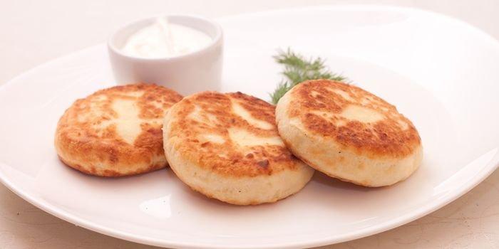 Пышные сырники на сковородке и в духовке: самые интересные рецепты с фото
