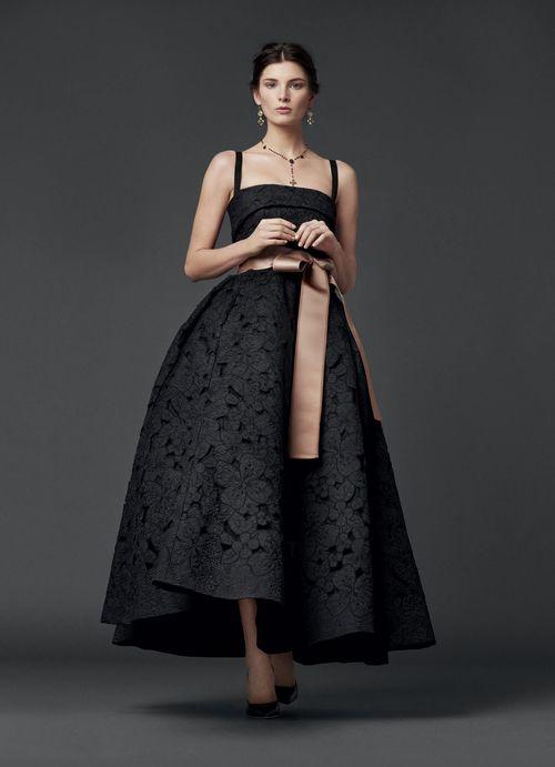 Вечерние платье в стиле «стиляги» с кокетливо укороченной юбкой до колена –  прекрасная альтернатива длинным вечерним нарядам. bdde3487395