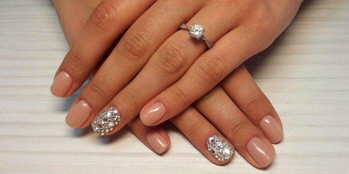 Как приклеить стразы на ногти в домашних условиях?