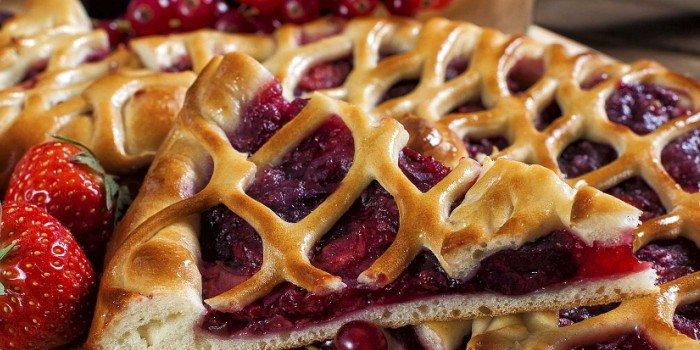Как приготовить пирог с брусникой: рецепты с песочным и слоёным тестом