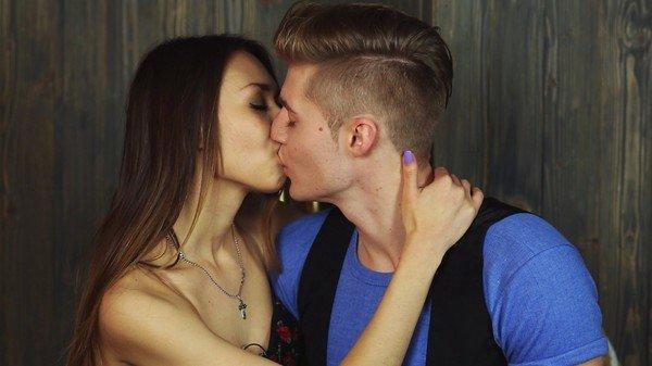 Сложно ли парням сдерживаться при поцелуи от секса