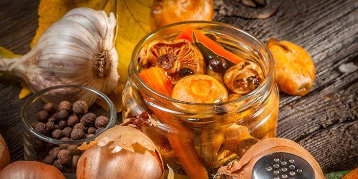 Как мариновать грибы в домашних условиях с луком и в банках с уксусом. Рецепты маринования белых грибов и дунек на зиму