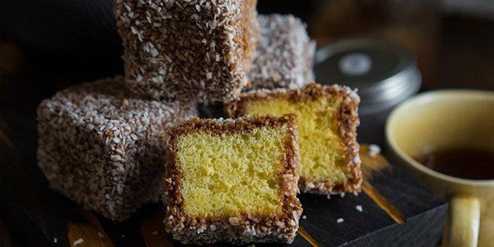 Легкий праздничный рецепт на 8 Марта: бисквитные пирожные «Ламингтон»