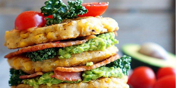 Рецепт необычного завтрака: вкусные панкейки с кукурузой, беконом и авокадо