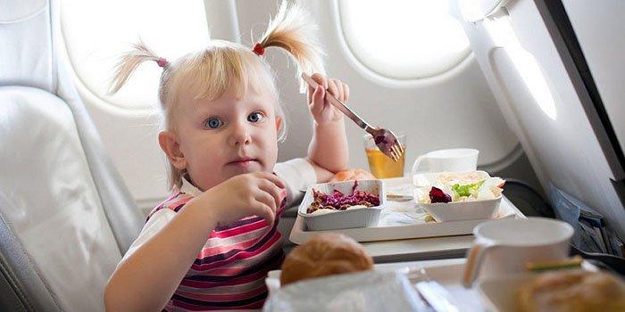 Первое детское путешествие: 6 правил питания на отдыхе