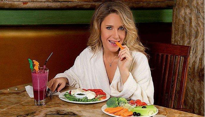 Беременная Юля Ковальчук поделилась рецептом простого диетического салата из киноа и помидоров