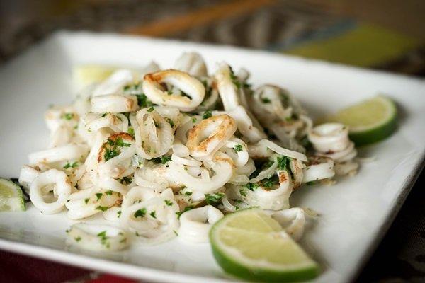 сколько варить кальмара для салата