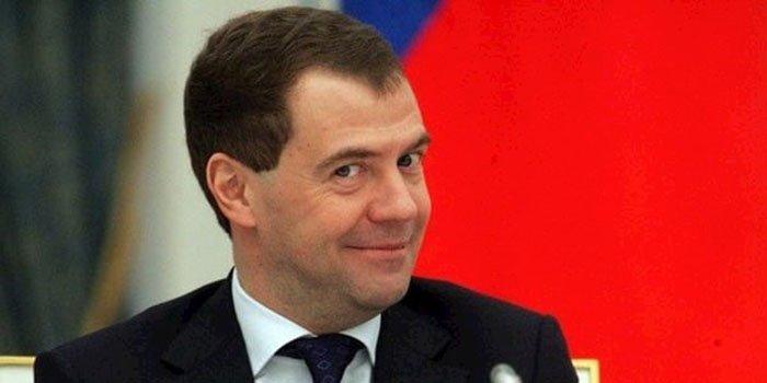 Какая настоящая фамилия Дмитрия Медведева?