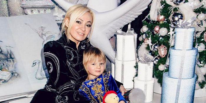 Яна Рудковская возмутила подписчиков пафосным снимком Гном Гномыча с самой красивой девочкой