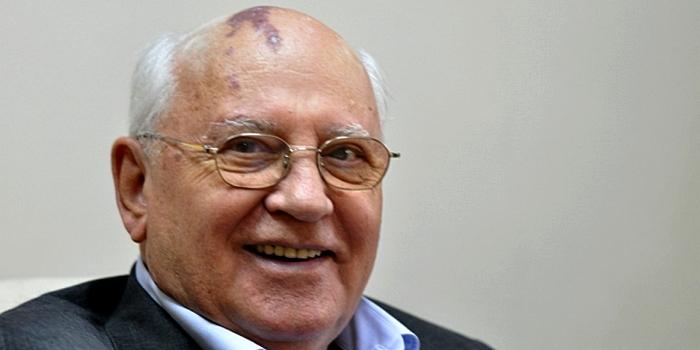 «Предатель обжирается»: фото 87-летнего Михаила Горбачёва с пивом вызв