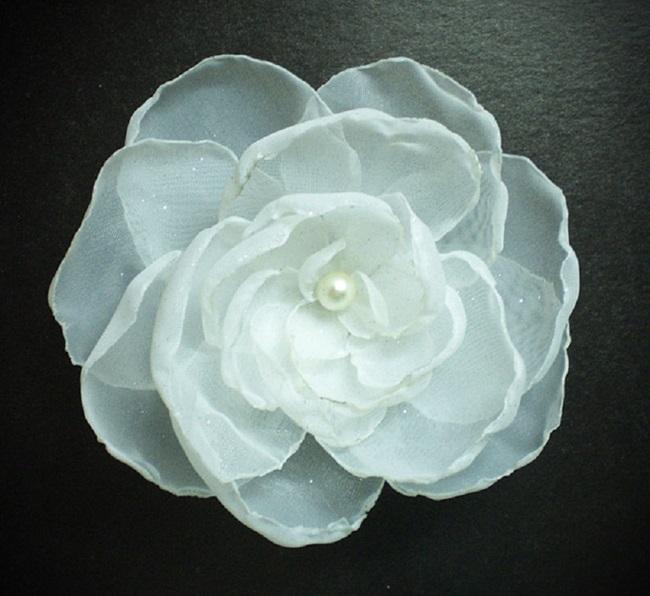 Пышный цветок из органзы