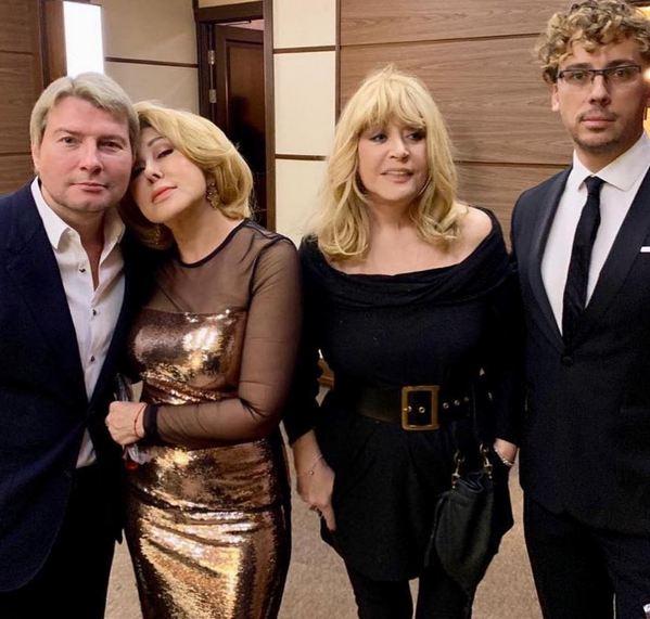 Фанаты Пугачёвой поругались из-за короткой юбки звезды