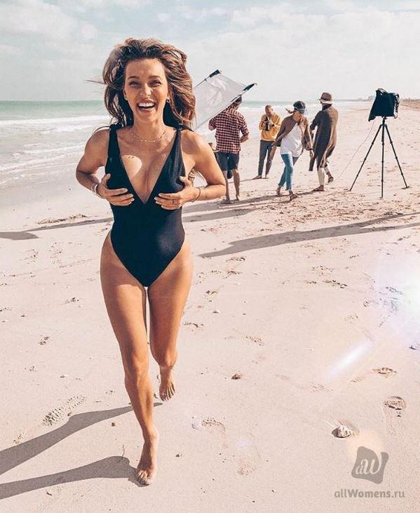 Регина Тодоренко похвасталась фигурой в купальнике впервые после рождения сына