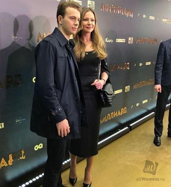 Мария Миронова вышла в свет со взрослым сыном: внука Андрея Миронова сравнили со знаменитым дедом