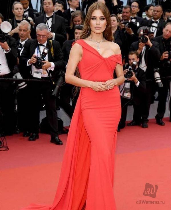 Наряд Беллы Потёмкиной раскритиковали: дизайнер надела платье в горох на красную дорожку в Каннах