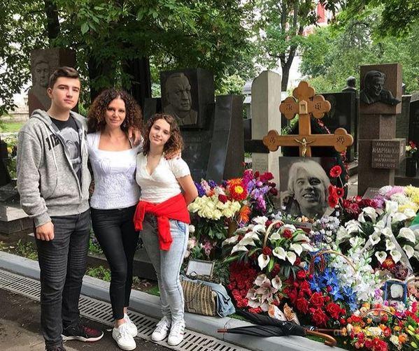 Вдова Дмитрия Хворостовского побывала с детьми на могиле певца на Новодевичьем кладбище