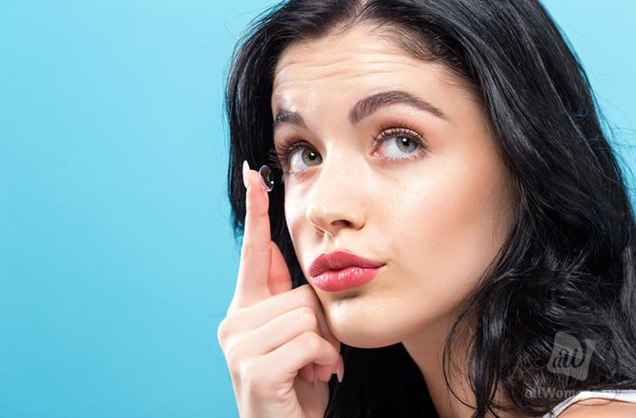 Как правильно надевать и снимать контактные линзы: пошаговая инструкция